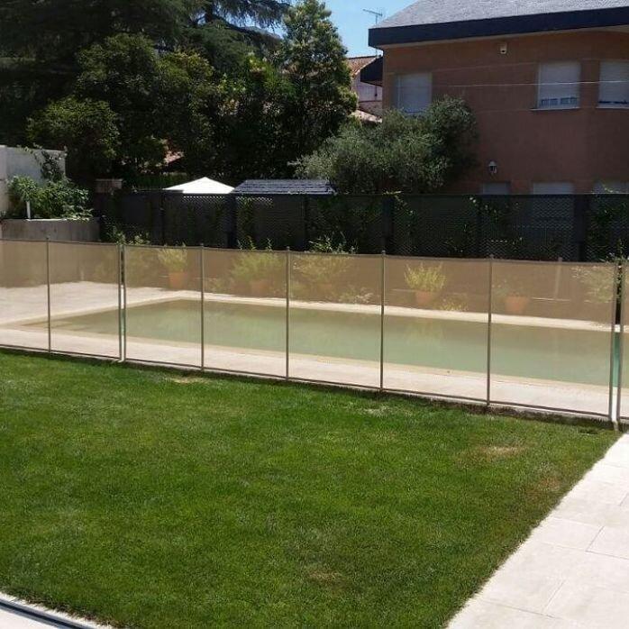 גדר לבריכה בדשא